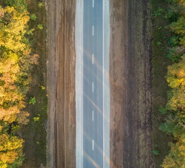 秋の木々に沿った高速道路