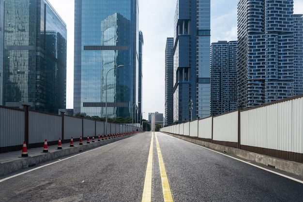 中国、重慶の高速道路と金融センターのオフィスビル