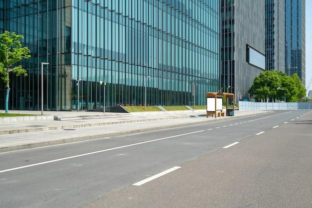 中国寧波の高速道路と金融センターのオフィスビル