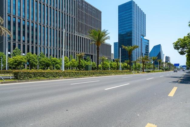 高速道路と金融センターのオフィスビル
