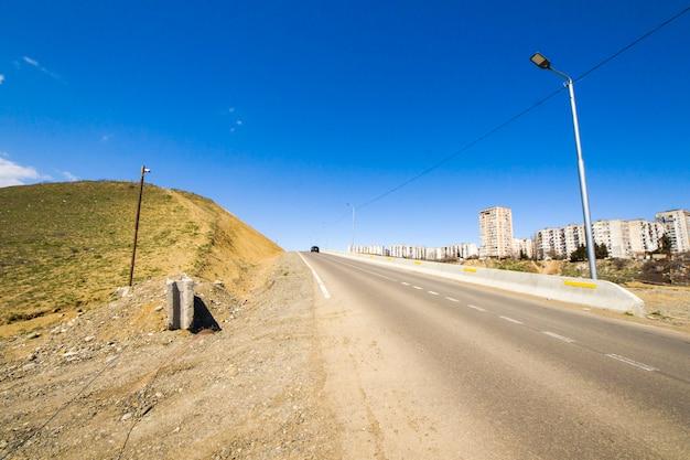 Шоссе и дорожный пейзаж и вид в тбилиси, грузия