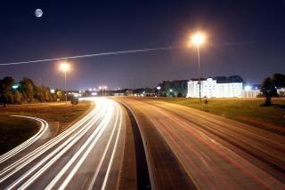 夜の光で高速道路