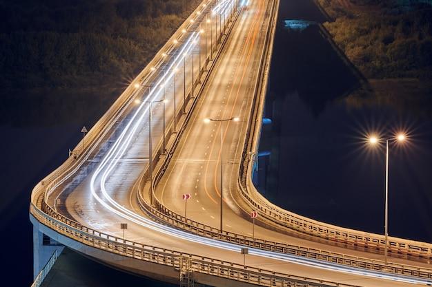 ライトのある夜の高速道路