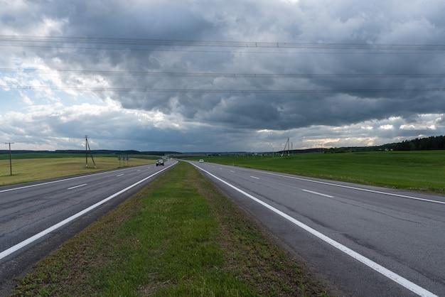 Шоссе перед бурей. драматические облака