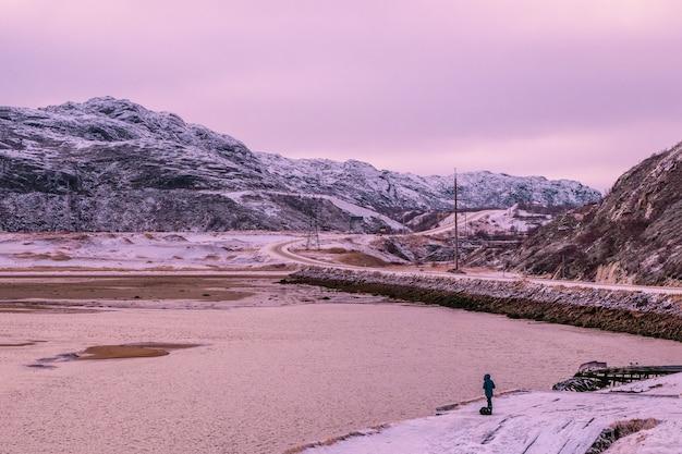 北極の丘の間の高速道路