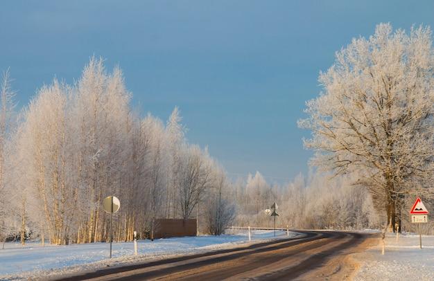 Шоссе покрыто ледяным снегом в зимнее время