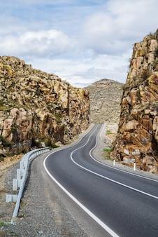 Автодорога в ущелье между скалами участок чуйского тракта в онгудайском районе республики алтай