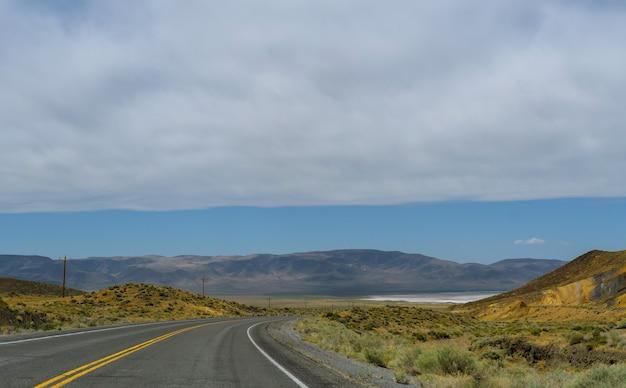 뉴 멕시코의 경치 좋은 협곡을 통해 고속도로 외로운 사막 도로