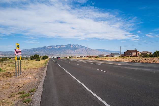 旅行休暇中の高速道路。丘陵の田舎道。