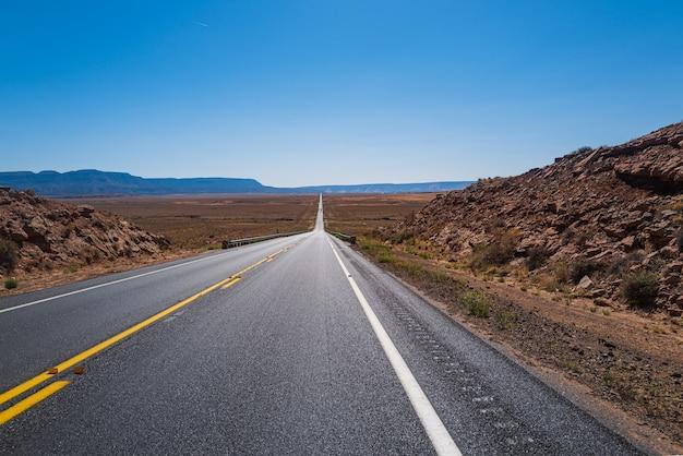 高速道路。晴れた夏の日の道路パノラマ。