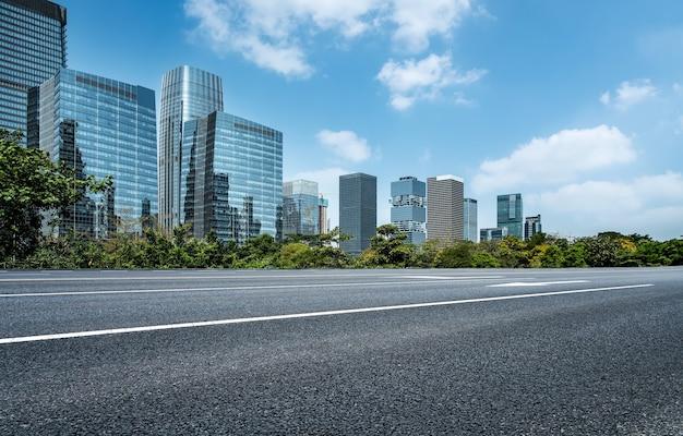 Горизонт шоссе и городские здания