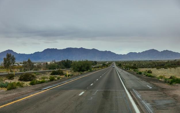 Шоссе государственного маршрута в пустыне нью-мексико