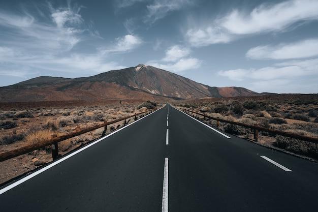 曇り空の下の丘に囲まれた高速道路