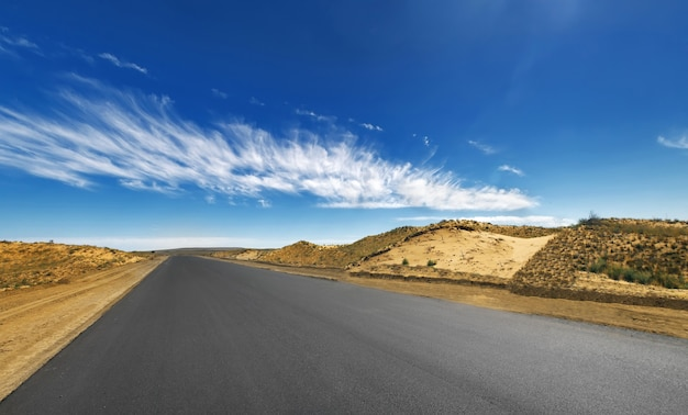 사막을 통과하는 고속도로 아스팔트와 모래