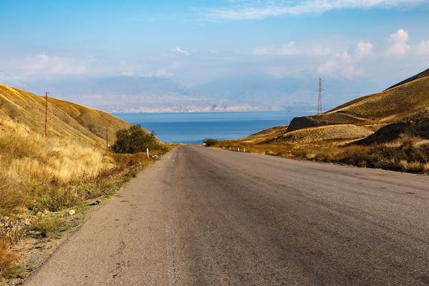 トクトグル貯水池への高速道路