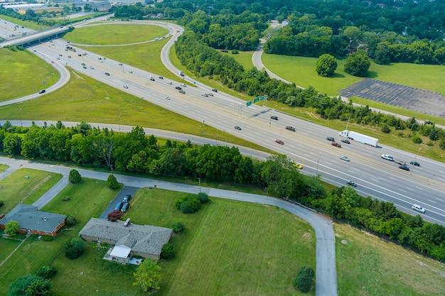 Автомагистраль сша interstate 70 через scioto woods, колумбус, огайо, сша, с высоты птичьего полета.