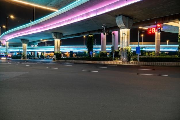夜の高速道路と高架道路