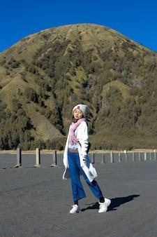 東ジャワのブロモでのヒジャーブの女性の休暇