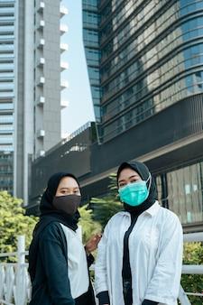 도시 지역에서 마스크를 쓴 히잡 여성