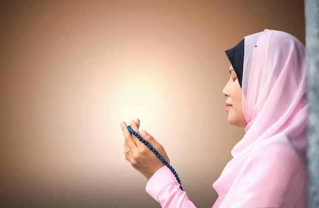 ピンクのドレスでフルhijabと幸せなイスラム教徒の女性