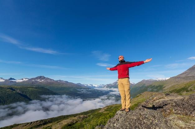 夏季にアラスカでハイキング