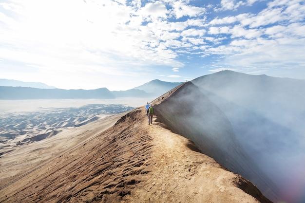 インドネシア、ジャワ島のブロモ火山でのハイキング
