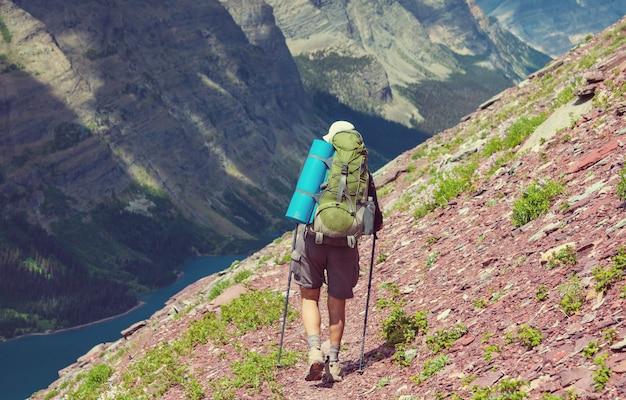 モンタナ州グレイシャー国立公園でのハイキング