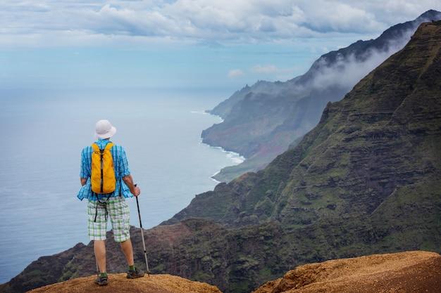ハワイ、カウアイ島のナパリ海岸でのハイキング