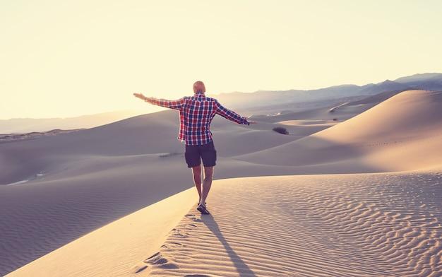 砂砂漠でのハイキング