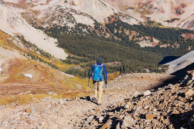 秋の山でハイキング。秋シーズンのテーマ。