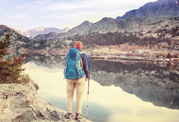 米国ワイオミング州のウインドリバーレンジでのハイキング。秋の季節。