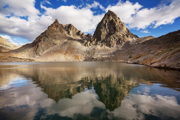 米国ワイオミング州のウインドリバー山脈でのハイキング。秋の季節。