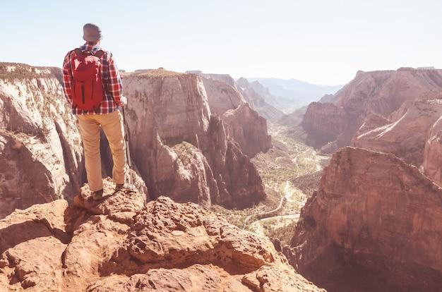 Поход в национальный парк зайон. человек идет по тропе в национальном парке зайон, штат юта. обратно повернулся без лица.