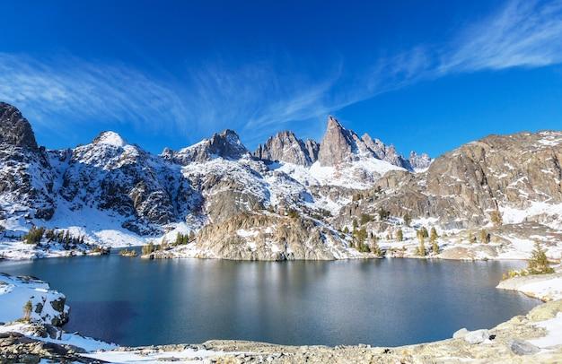 美しいミナレット湖、アンセルアダムズウィルダネス、シエラネバダ山脈、カリフォルニア、米国へのハイキング。秋のシーズン。
