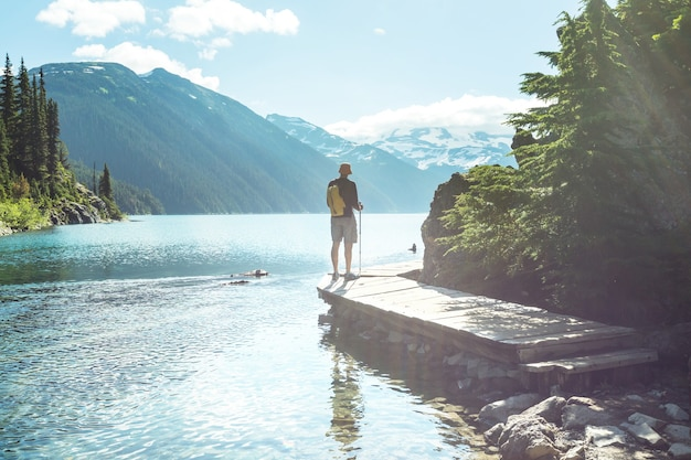 カナダ、ブリティッシュコロンビア州ウィスラー近くの、絵のように美しいガリバルディ湖のターコイズブルーの海にハイキングします。ブリティッシュコロンビアで非常に人気のあるハイキングの目的地。