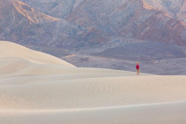 Путешественник среди песчаных дюн в пустыне