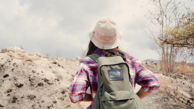 등산객 아시아 배낭 여행자 여자 산 꼭대기에 걸어, 여성 모험 느낌 자유 하이킹에 그녀의 휴일을 즐길 수 있습니다.