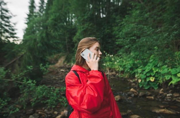 빨간 재킷에 등산객 소녀