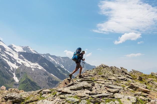 코카서스 산맥, 스바네티, 조지아의 푸른 언덕을 따라가는 등산객. 하계.