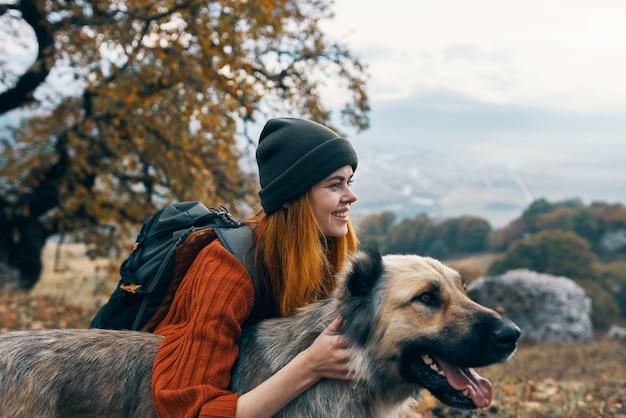 개 여행 우정과 자연에서 등산객