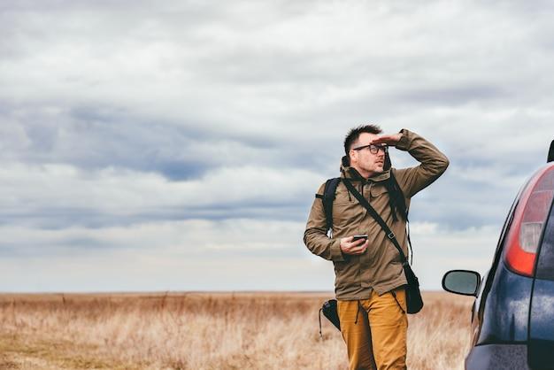 Турист смотрит на расстояние
