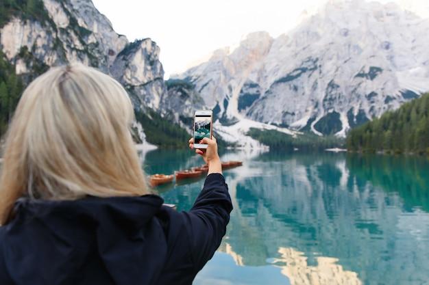 Hiker делает фотографию красивого пейзажа на смартфоне