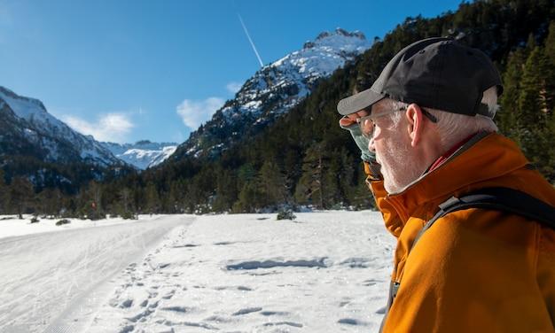 Человек путешественника смотря снежные горы пиренеи, cauterets