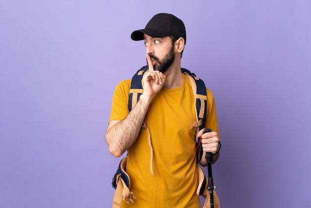 Путешественник человек на пастельной стене