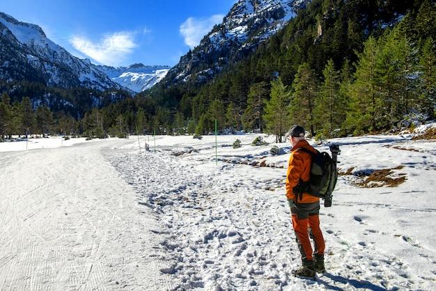 Hiker человек, идущий по заснеженным пиренейским горам, cauterets