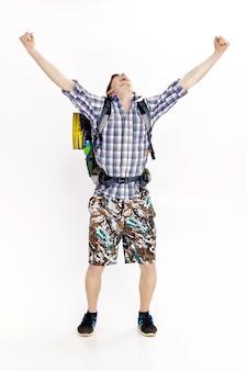 Путешественник с рюкзаком, поднимающим руки в знак победы на белом фоне