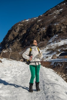 Hiker зрелая женщина в снегу