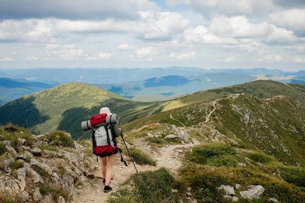 Carpathians 산 정상에 등산객입니다. 여행 스포츠 라이프 스타일 개념입니다.