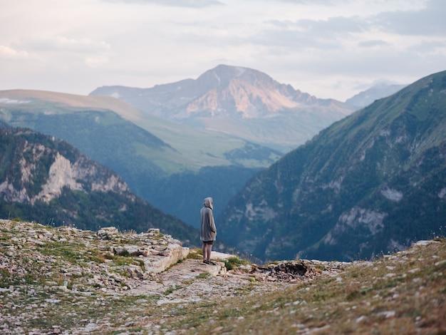 山の新鮮な空気の観光の背面図で屋外のハイカー。