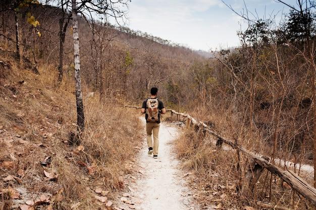 Escursionista sul sentiero nel deserto